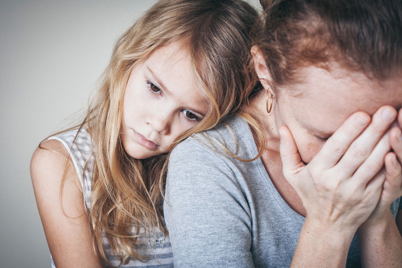 παιδί-αγκαλιάζει-μαμά