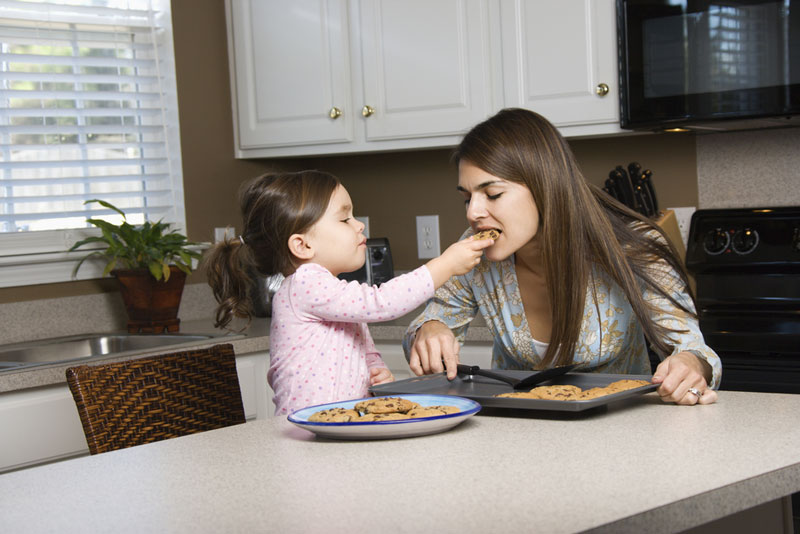 παιδί-ταϊζει-μαμά