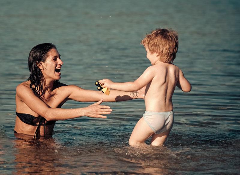 παιδάκι-περπατάει-στο-νερό