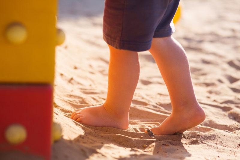 παιδί-περπατάει-στην-άμμο