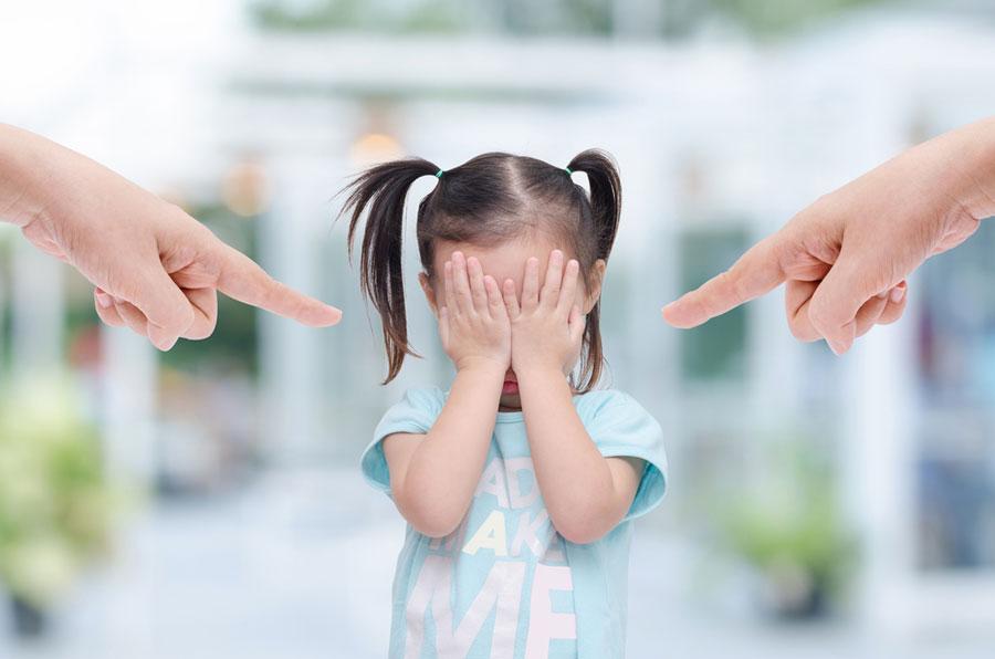 θυμός-γονείς-μαλώνουν-παιδί