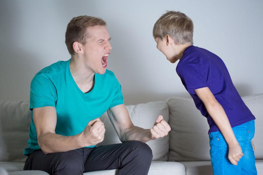 θυμός-μπαμπάς-ουρλιάζει-σε-γιο