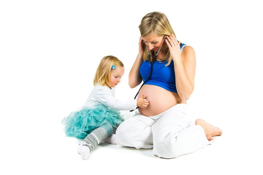 παιδί-μαμά-παίζουν-με-έμβρυο