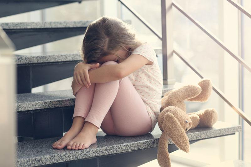 κοριτσάκι-τιμωρία-σκάλες