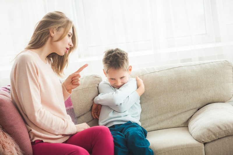 τιμωρία-μαμά-μαλώνει-γιο