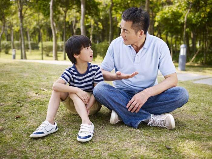 συναισθήματα-μπαμπάς-γιος-συζητούν
