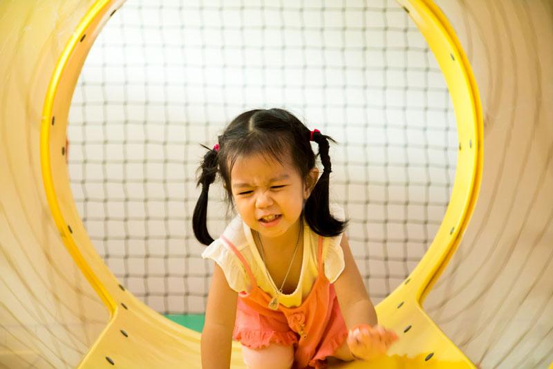 συμπεριφορά-παιδί-γκρινιάζει-σε-παιδική-χαρά
