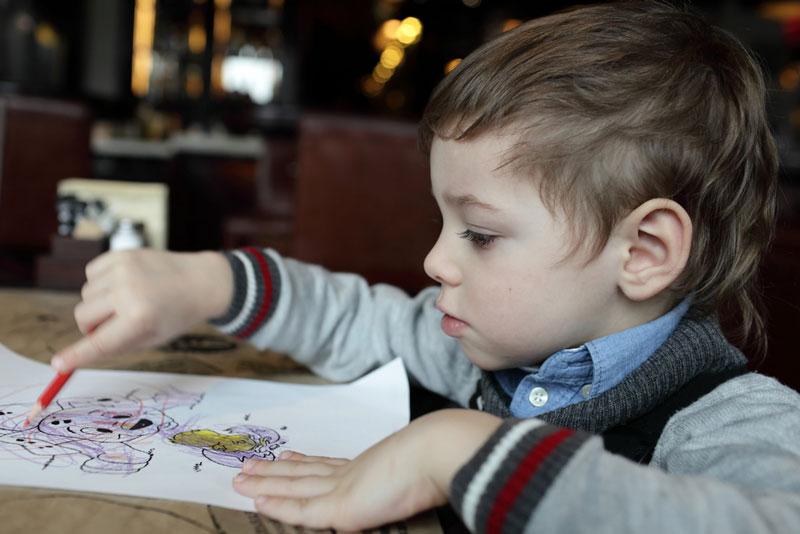 συμπεριφορά-παιδί-ζωγραφίζει-σε-καφετέρια