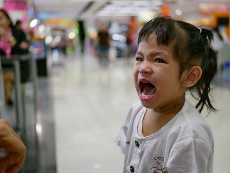 συμπεριφορά-παιδί-κλαίει-σε-δημόσιο-χώρο