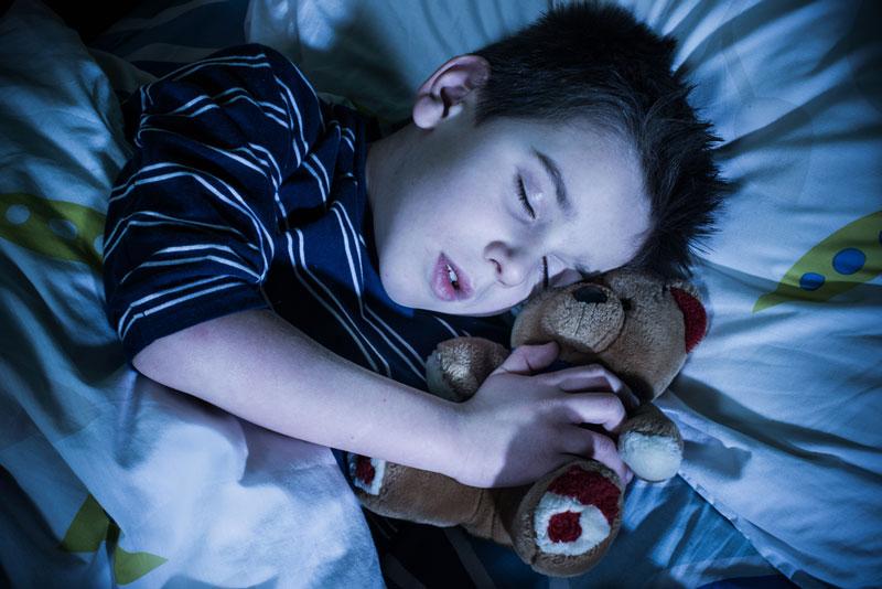 φοβίες-παιδί-κοιμάται-με-αρκουδάκι
