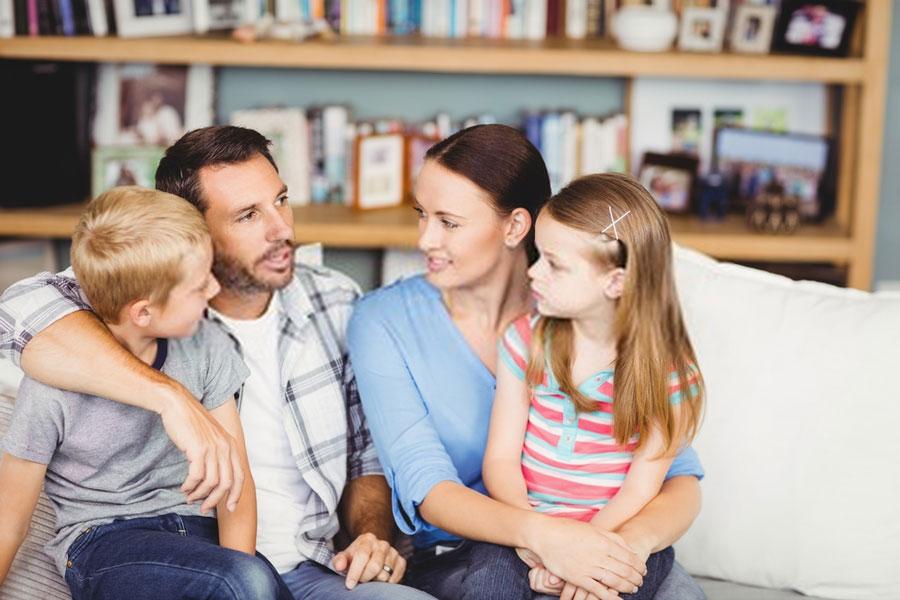 γονείς-παιδιά-συζητούν-ρόλους