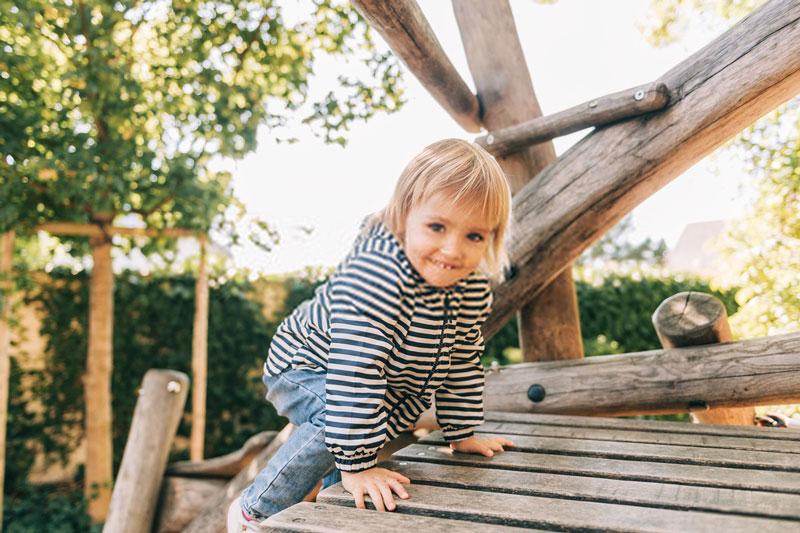 παιδί-δοκιμάζει-παιδική-χαρά