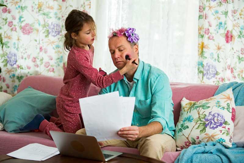 μπαμπάς-δουλεύει-κόρη-παίζει
